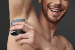 Homem usando desodorante bastão