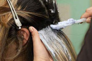 Aplicando tinta no cabelo
