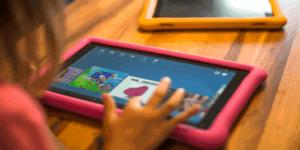 Criança com tablet