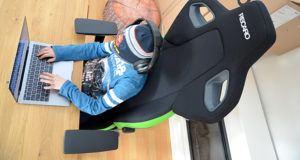 Jogando com uma cadeira gamer