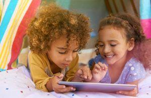 Meninas com tablet infantil