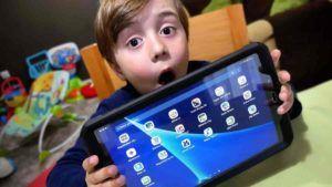 Menino com um tablet