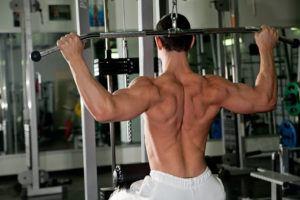 Homem treinando na estação de musculação