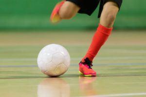 Chutando uma bola de futsal