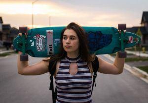garota com skate