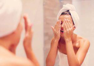 Lavando com sabonete facial