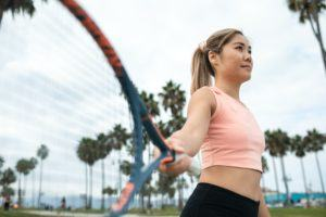 mulher jogando tenis